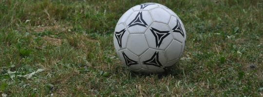 Fotbalový míč na hřišti