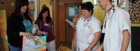 Spolek holek opět naděloval dětem v nemocnici