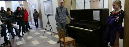 Na žďárském nádraží přibylo piáno, cestující si mohou zahrát