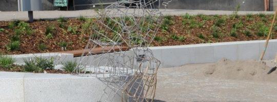 Drátěná socha našla svoje místo na žďárském náměstí