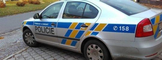 Zloděj ukradl z rodinného domku uniformu, pálenku i hodiny