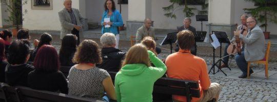 Lidí na nádvoří Horácké galerie při zahájení Novoměstského Slunohraní 2014