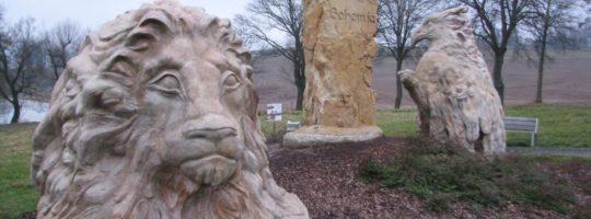 Hraniční kámen u Pilské nádrže - socha lva a orlice
