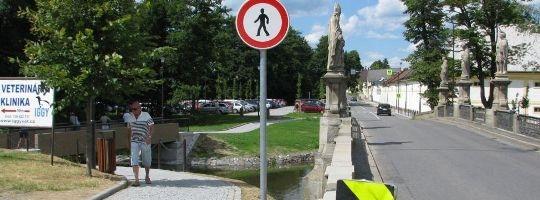 Značka se zákazem vstupu pro chodce od nové lávky zmizí