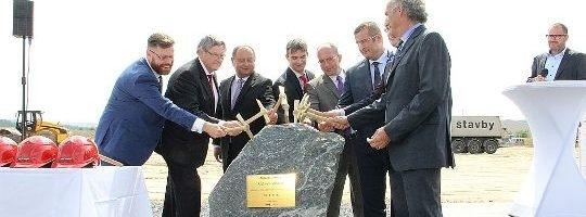 Premiér v Bystřici zahájil výstavbu nového podniku