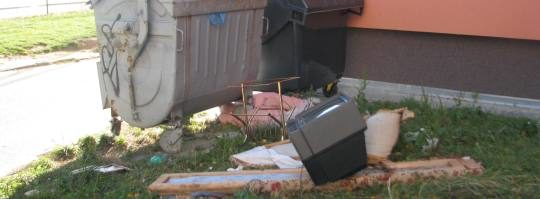 Nepořádek u popelnic ve Žďáře nad Sázavou