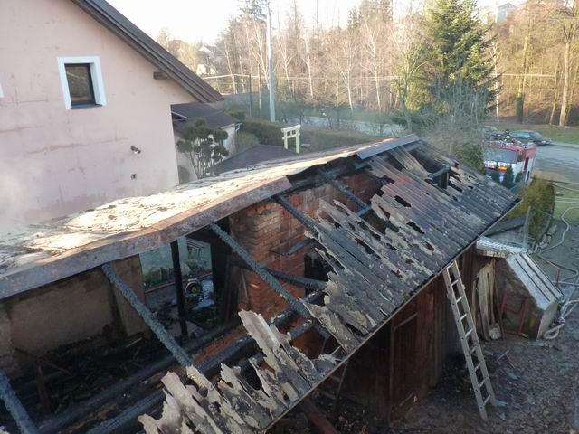 V Nížkově hořela v pondělí odpoledne kůlna a garáž, na místě zasahovalo pět jednotek hasičů