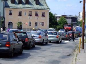 zacpa-zdar-kolona-namesti-auta1